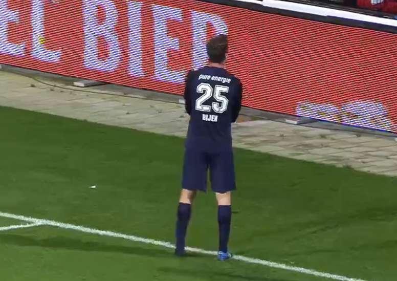Peet Bijen perdió una de sus botas en mitad del partido. Captura/FoxSports