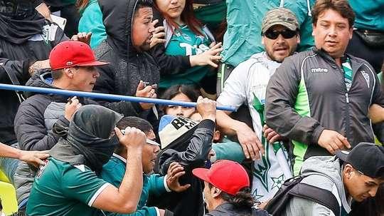 Algunos aficionados consiguieron introducir cuchillos en el estadio. Twitter/sifup