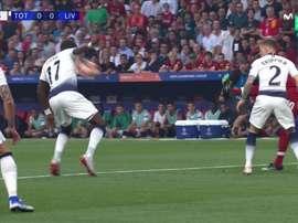 Sissoko cometeu penálti e Salah não falhou. Captura/Movistar