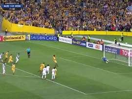 O momento do tiro certeiro do camisa 15 dos 'Socceroos'. Captura/Twitter