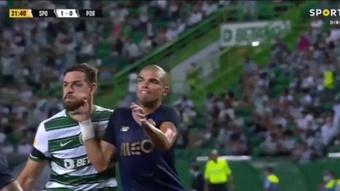 Pepe le dio un puñetazo en la mandíbula a Coates... ¡y no pitaron ni falta! Captura/SportTV