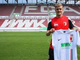 Philipp Max posa con la camiseta de su nuevo club, el FC Augsburg. Twitter