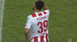 Pizarro se lamenta por el gol anulado ante el Hannover 96. Twitter/ESPN
