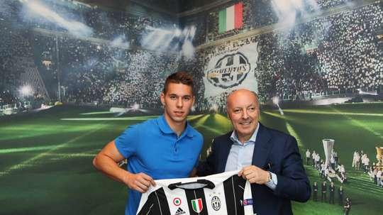 Pjaca poses with the Juventus shirt. Juventus
