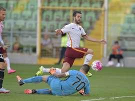 Pjanic supera a Sorrentino y anota el primer tanto para la Roma ante el Palermo. ASRoma