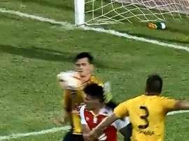 El pie de España impactó en la cabeza de Betancourt. Captura