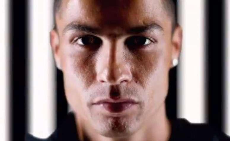 Ronaldo au premier plan, les couleurs de la Juventus derrière. Juventus