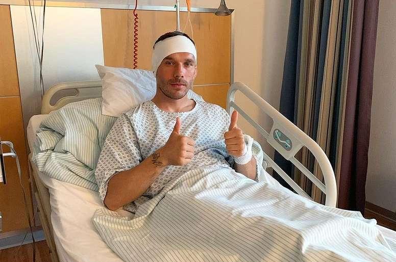 Podolski, operado por una infección de oído. Twitter/Podolski10