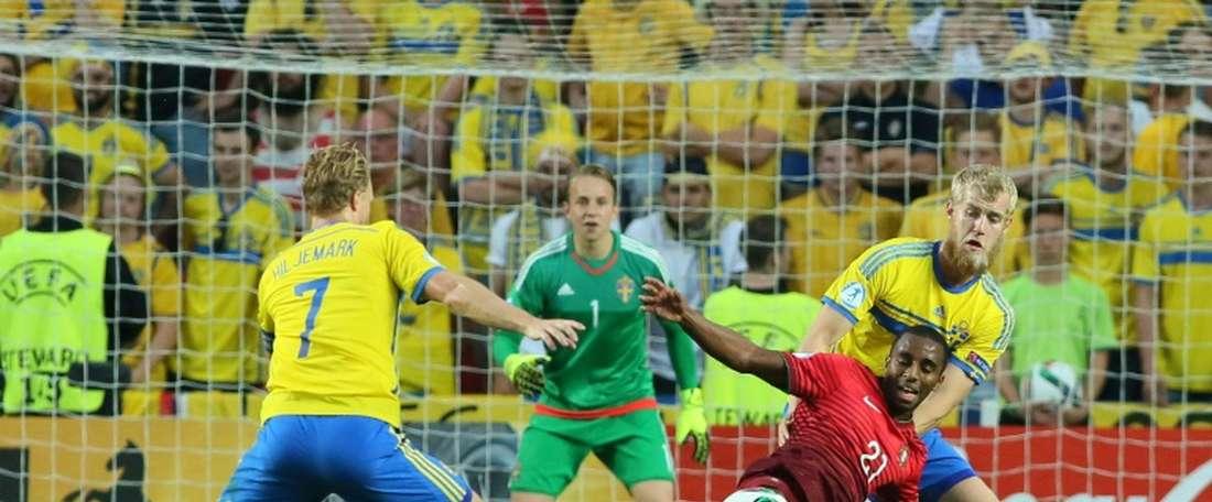 Portugal forward Ricardo (2-R) and Sweden's defender Filip Helander (R) vie for the ball during the UEFA Under 21 European Championship in Prague on June 30, 2015.