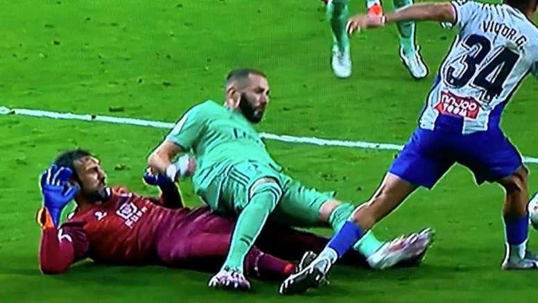 Diego López derribó a Benzema. Captura/Movistar