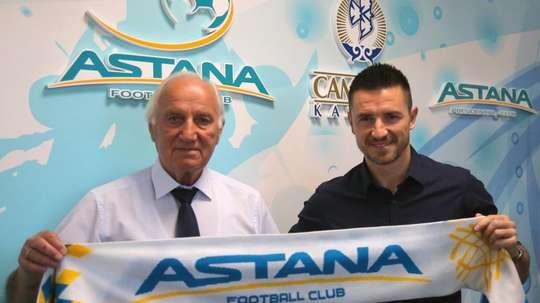 Rukavina firma con el Astana. Twitter/fc_astana