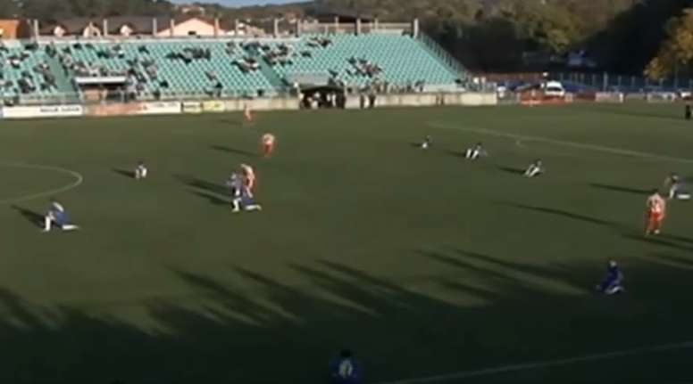 Protesta contra el árbitro en el partido entre el Zvijezda y el NK Bosna. Youtube