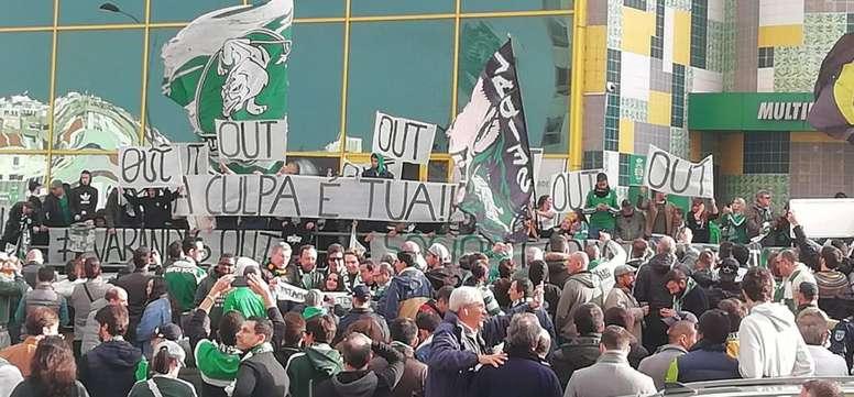 Protestos de torcedores do Sporting CP contra o presidente Frederico Varandas. Twitter @3Sporting