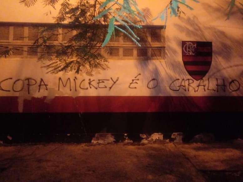 Protestos no centro de treinamento do Flamengo. Twitter @mneves_