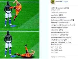 Balotelli parodia la acción de De Jong y Xabi Alonso. Instagram/MB459