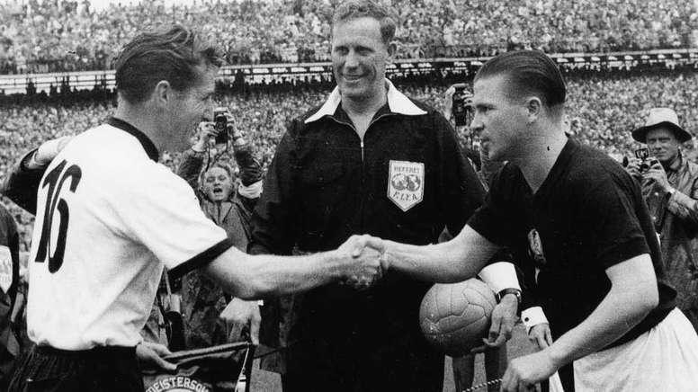 Ferenc Puskas cumprimenta o capitão alemão no Mundial de 1954. FIFA