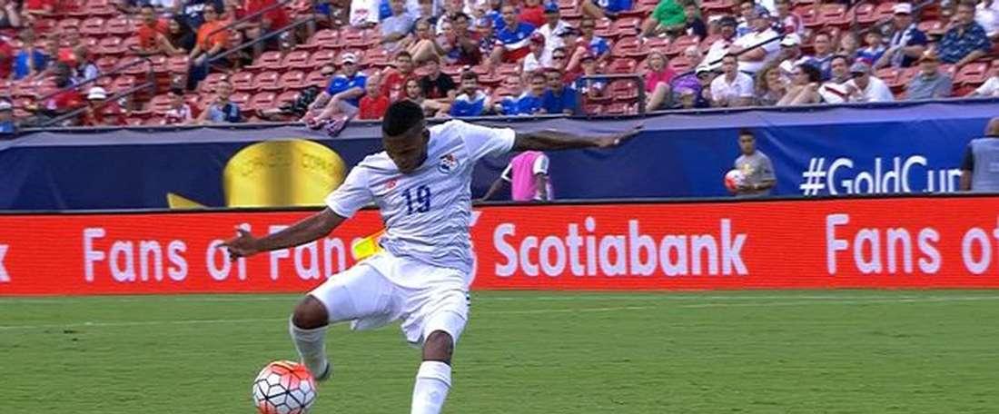 Quintero, de Panamá, remata para anotar el 1-0 ante Haití en la Copa Oro.