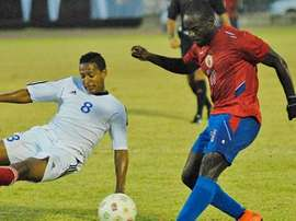 Quinton Rennie, de Granada (i), trata de tapar el disparo del haitiano Pascal Millien (d), en el Granada-Haití. Twitter