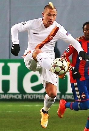 Radja Nainggolan disputando un partido de Serie A con la Roma. Soccer.ru