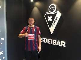 Radosevic posa con la camiseta del Eibar. Twitter