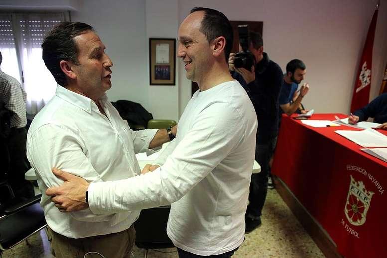 Rafa del Amo (i) y Luis Virto (d) se saludan tras la primera votación a la presidencia de la Federación Navarra de Fútbol. Twitter