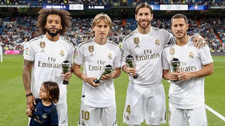 ¿Cuánto mide Marcelo Vieira? - Altura - Real height - Página 3 Ramos--marcelo--modric-y-hazard-le-dedicaron-sus-premios-al-santiago-bernabeu--twitter-realmadrid