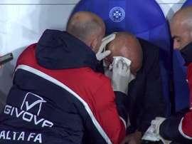 Treinador de Malta sofre um corte profundo na cabeça. Captura/La1