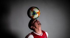 Razvan Marin pasa examen médico con el Ajax. Twitter/AFCAjax