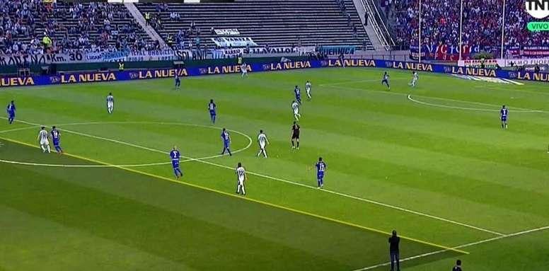 El primer gol de la final fue ilegal. Captura/TNTSports
