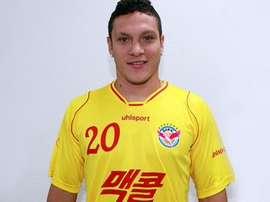 Reina posa con la camiseta del Seongnam Football Club de Corea. Twitter