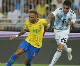 Saravia fue el encargado de marcar a Neymar en el duelo ante Brasil. AFP