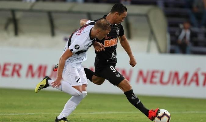 Oliveira logró otros dos tantos en la vuelta. EFE