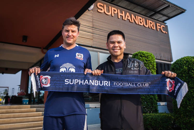 Ricardo Rodríguez (i) posa como nuevo entrenador del Suphanburi tailandés. SuphanburiFootballClub