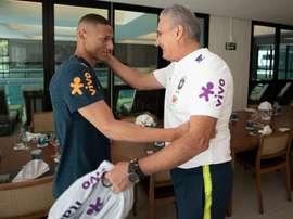 Tite recebe Richarlison na preparação para a Copa América. CBF