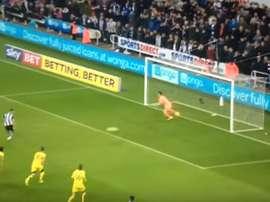 El delantero debió repetir el penalti... pero el árbitro estimó lo contrario. SkySport