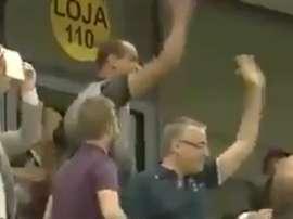Rivaldo celebró eufóricamente el gol de su hijo. Twitter