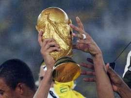 Rivaldo alza la Copa Mundial con Brasil en 2002. Twitter