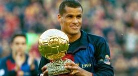 Rivaldo recibe el Balón de Oro. Taringa