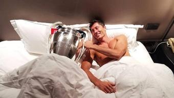 Lewandowski posa con il trofeo. Twitter/Bayern