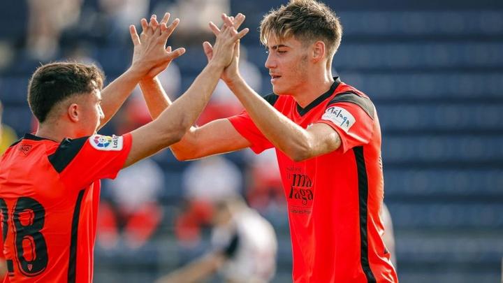 ¿Y si el '9' del Málaga está en casa? Roberto levanta la mano. MálagaCF