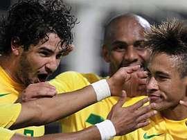 Robinho ve bien a Neymar de blanco. EFE