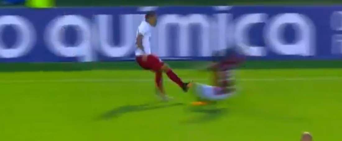 Robinho fue expulsado por roja directa. Captura/Twitter