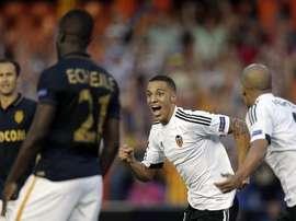 Rodrigo celebra ante Feghouli el primer tanto anotado para el Valencia contra el Mónaco. Twitter
