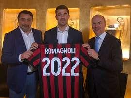 Romagnoli pasó por las oficinas para renovar con el Milan. ACMilan