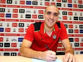 Romeu, firmando su nuevo contrato con el Southampton. SouthamptonFC