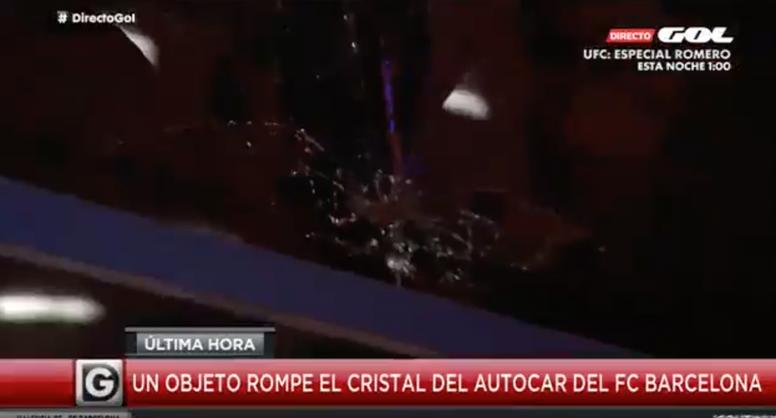 El autobús del Barça sufrió un ataque tras el partido. Captura/GolTV