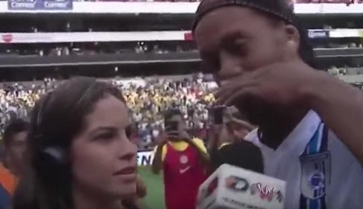 Neymar dedica una reverencia a Ronaldinho por su retiro