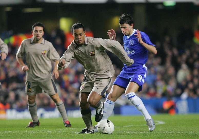 Ronaldinho se va de Kezman ante la atenta mirada de Xavi en el Chelsea-Barcelona de la 2004-05. FCBarcelona