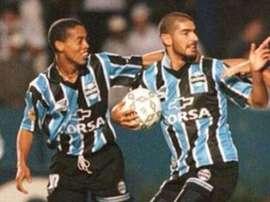 El 'Loco' Abreu llegó a jugar con Ronaldinho en Brasil. Gremio