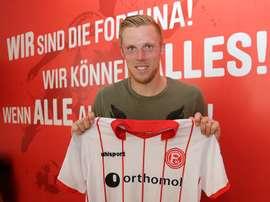 El delantero firmó su pase a título definitivo con el conjunto alemán hasta 2022 . FortunaDüsseldorf